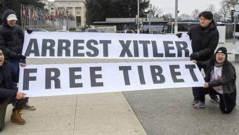 """Pro-Tibet-Demonstranten vor dem UNO-Sitz in Genf. """"Xitler"""" ist der Zusammenzug von Xi und Hitler."""