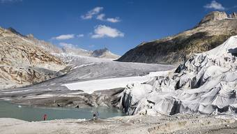 Der Hitzesommer hat die Gletscher weiter schmelzen lassen. Der Nationalrat berät heute und morgen über Massnahmen zur Senkung der Treibhausgasemissionen. (Archivbild)