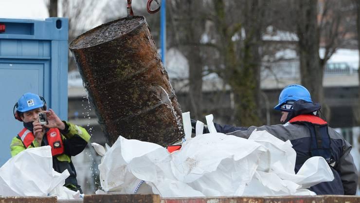 32 Fässer wurden geborgen. (Archiv/Reto Schneider)