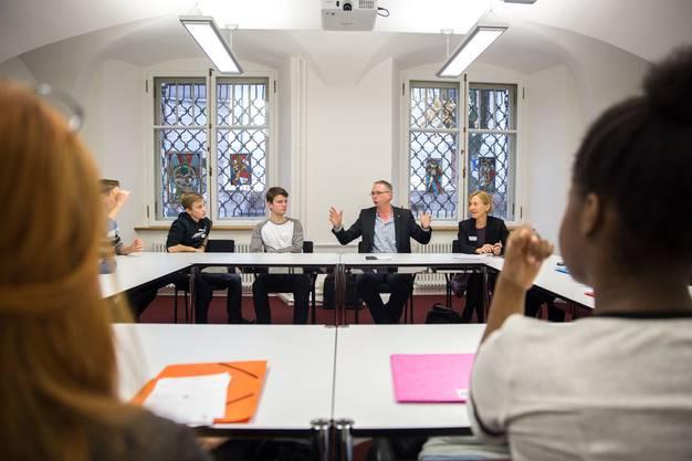 In kleinen Gruppen konnten die Jugendlichen mit Politikern reden