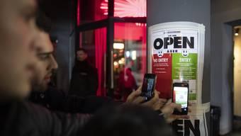In Zürich kommen Partygäste ab Freitag nur noch mit personalisierten Tickets oder gültigen Personenangaben in Clubs. (Symbolbild)