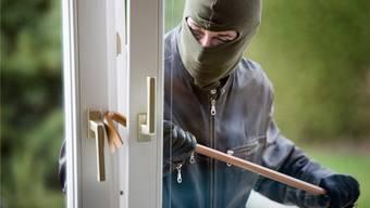 Die Einbrecher drangen mit Gewalt über die Sitzplatztüre ins Haus ein. (Symbolbild)