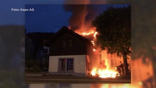 Fussgänger retten zwei Vierbeiner aus den Flammen