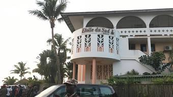 Ein Soldat bewacht ein Hotel in in Grand Bassam, Elfenbeinküste, nach dem Anschlag mit 19 Toten - weitere Verdächtige wurden festgenommen. (Archivbild)