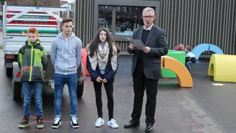 Vizeammann Urs Schmid ehrte verdiente Sportlerinnen und Sportler Eric Timmer, Luca Spitz und Livia Schmid (v.l.).