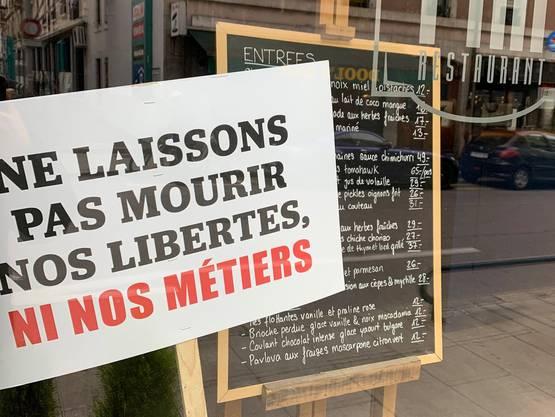 In der Romandie ist der Ärger der Wirte über die erneute Schliessung ihrer Betriebe gross. In Restaurant-Schaufenstern wie vom «Chez Piaf» im Genfer Pâquis-Quartier stehen Protestschilder, auf denen es heisst: «Wir dürfen unsere Freiheiten und unseren Beruf nicht sterben lassen.»