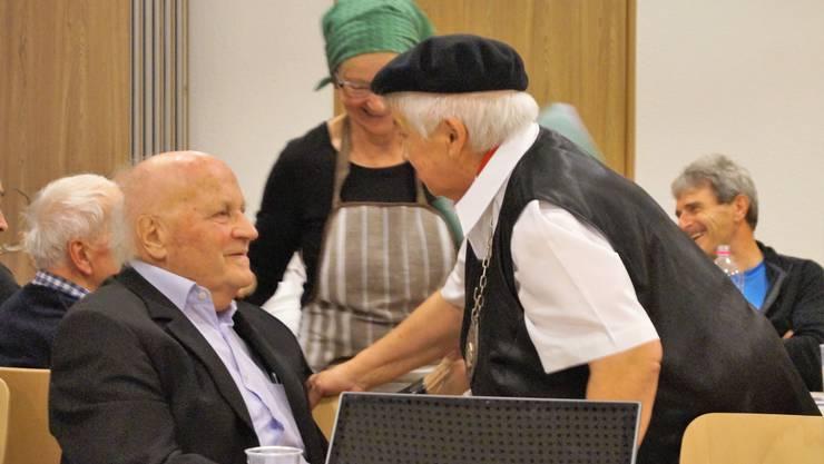Marthe Jäggi (rechts), ehemalige Obernärrin («Monarchin»), gratuliert dem 90-Jährigen.