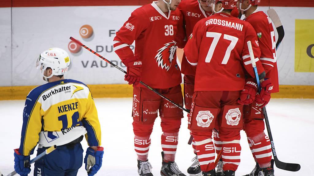 Lausanne (jubelnd in rot) hat nach dem Sieg in der Direktbegegnung viel die besseren Aussichten auf Platz 6 in der Tabelle als Davos