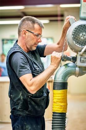 Bruno Grimm arbeitet in der hauseigenen Schreinerei.