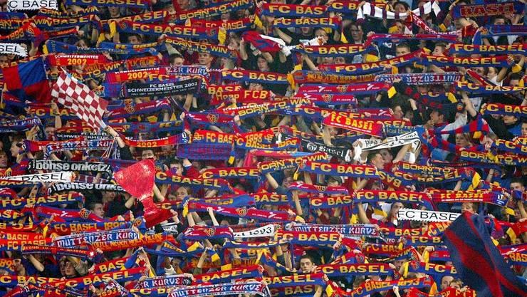 Die Muttenzer Kurve mit den treuen FC Basel-Fans
