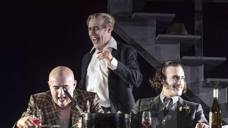Günter Baumann als Schmitz, Max Merker als Biedermann und Matthias Schoch als Eisenring verbrüdern und vergnügen sich.