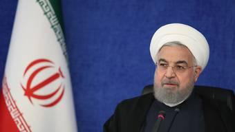 HANDOUT - Der iranische Präsident Hassan Ruhani führt den Vorsitz bei einer Sitzung des sogenannten Nationalen Hauptquartiers für den Kampf gegen das Coronavirus. Der Iran ist stark betroffen von der Corona-Pandemie. Foto: -/Iranian Presidency/dpa - ACHTUNG: Nur zur redaktionellen Verwendung und nur mit vollständiger Nennung des vorstehenden Credits