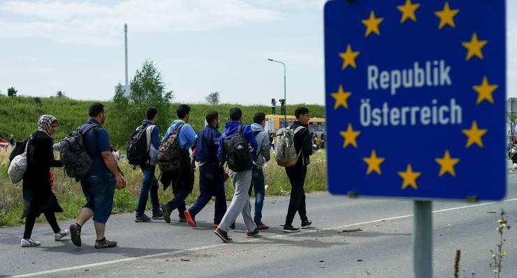 Eine Gruppe von Flüchtlingen übertritt die ungarisch-österreichische Grenze