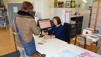 Neue Öffnungszeiten Bibliothek Oensingen. Teilzeit-Bibliothekarin Vreni Rindisbacher mit Kundin