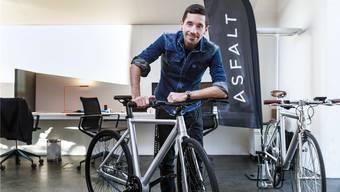 Hier sehen Sie «Asfalt»-Mitgründer David Oreiro mit einem Asfalt E-Bike. (Archivbild).