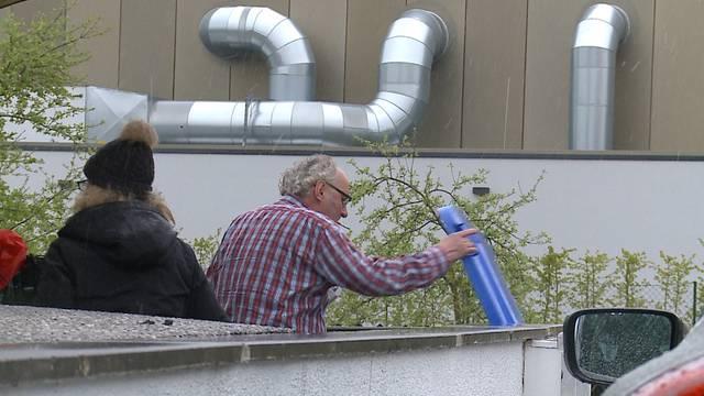 Ein Nachbar beobachtet eine Veränderung am Haus der Schauers.