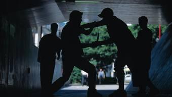 Mit seinen Kollegen attackierte der Mann die beiden Männer. (Symbolbild)