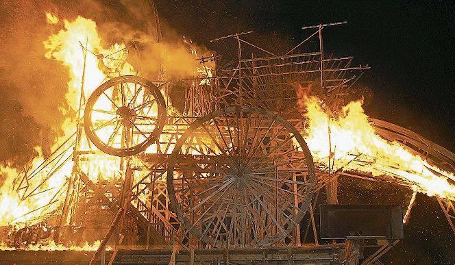 Luginbühl hat seine Holzskulptur verbrannt. Bild: Keystone