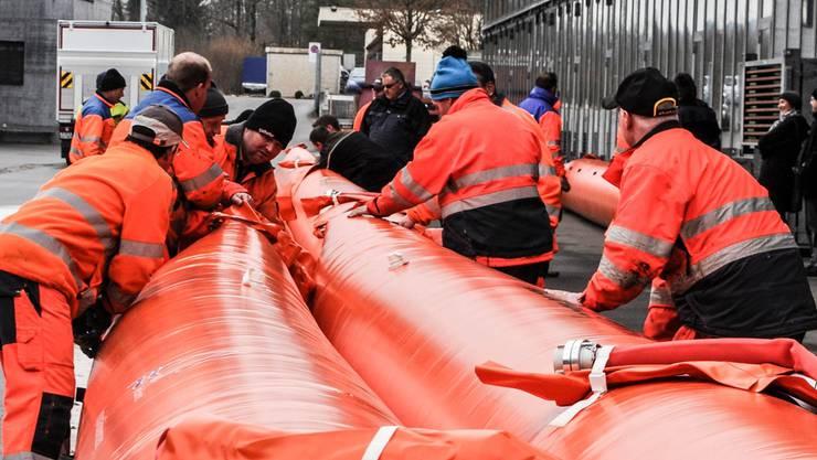 Die Mitarbeiter des Aarauer Werkhofs wissen, was sie bei Hochwassergefahr zum Schutz der Bevölkerung zu tun haben. ho
