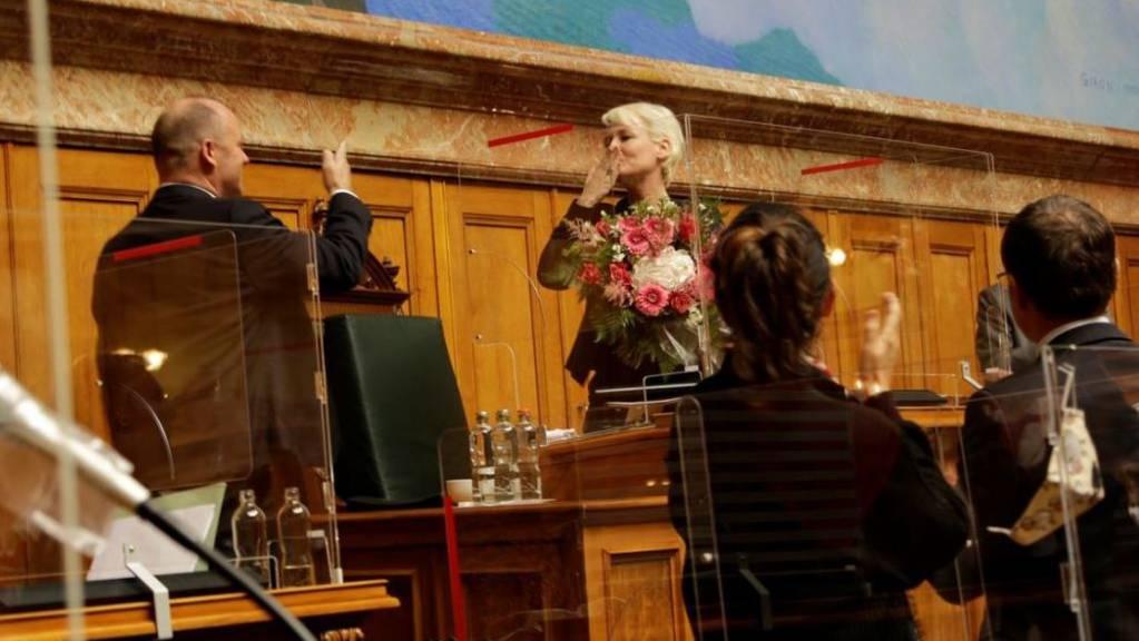 Nationalratspräsidentin Isabelle Moret (FDP/VD) erhielt von ihrem Rat Standing Ovations und Blumen für die Leistung im Präsidialjahr.