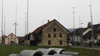 Auf der Wiese an der Dorfstrasse werden vier Mehrfamilienhäuser gebaut. Das Haus in der Bildmitte wird abgebrochen. Za