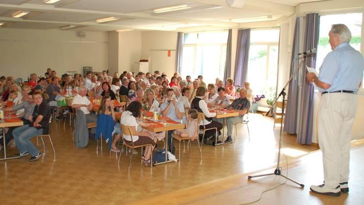 Werner Fasel eröffnet die Jubiläums-Festgemeinde im Pfarreisaal.  HOT