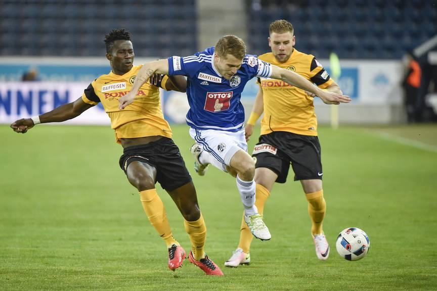FCL-Spieler Claudio Lustenberger (Mitte) gegen die YB-Spieler Sekou Sanogo (links) und Yoric Ravet.