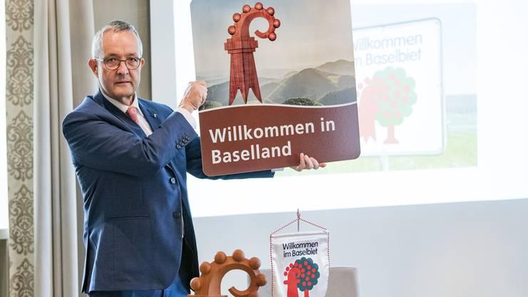 Hier ist es, das neue Schild. Regierungsrat Thomas Weber zeigt an der Medienkonferenz das Motiv.
