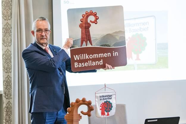 Hier ist es, das neue Schild. Regierungsrat Thomas Weber zeigt an der Medienkonferenz im Mai 2019 das Motiv.