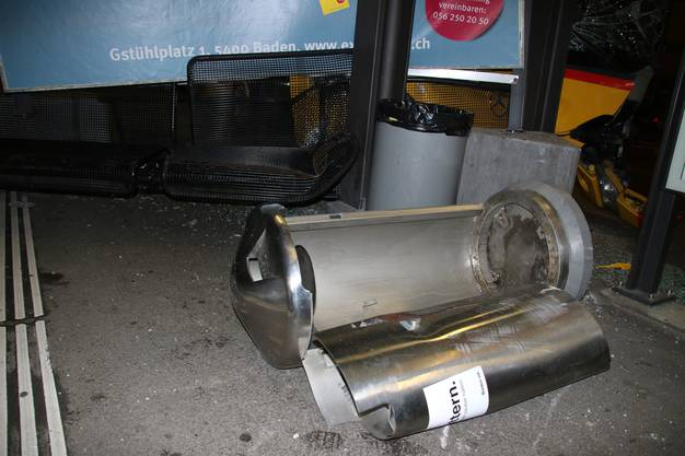 Der Abfalleimer wurde aus seiner Verankerung gerissen.