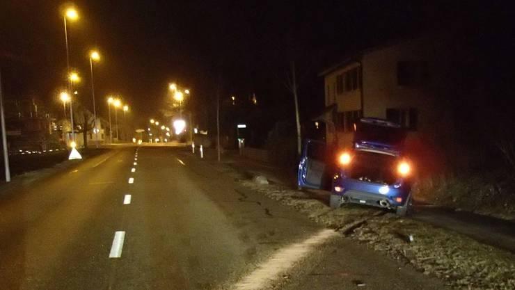 Der 21-jährige Junglenker nickte während der Fahrt kurz ein und kam dabei von der Strasse ab.