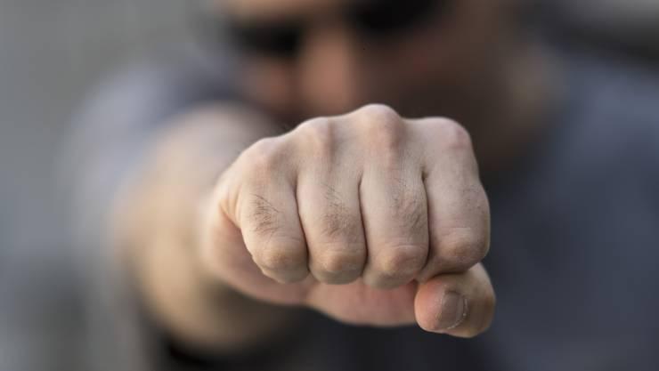 Einer der Täter schlug dem Opfer während des Raubs die Faust ins Gesicht. (Symbolbild)