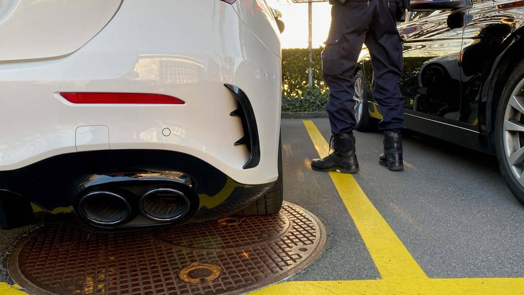 Zuger Polizei verzeigt sechs Autoposer