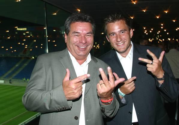 Sascha Ruefer (r.) mit der deutschen Reporterlegende Waldemar Hartmann am 21. 8. 2002 nach dem Länderspiel Schweiz - Österreich (3:2) in Basel.