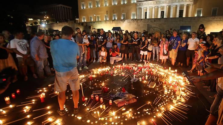 Mahnwache am Montagabend in Athen in Erinnerung an die über 90 Todesopfer der Waldbrände.