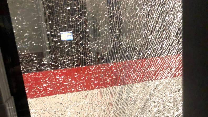 Böller beschädigt Bus und verletzt Jugendlichen