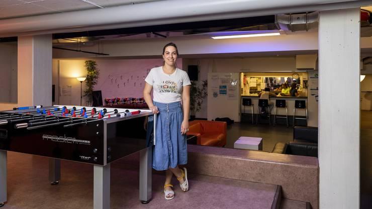 Sozialdiakonin und Jugendarbeiterin Sarah Aemisegger leitet den Jugendtreff Geroldswil seit zwei Jahren. Zum Jubiläum schenkten die vier Kreisgemeinden den Jugendlichen einen neuen Töggelikasten.