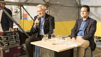 Fasnachtsurgestein Felix Rudolf von Rohr (links) und Plaketten-Hersteller Mike Müller diskutieren am bz-Talk an der Muba über – worüber wohl?