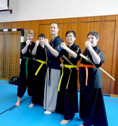 Schulleiter Ralf Sommerfeld (mitte) mit seinen Schülern Luca Cattin, Lars Seebacher, Takuya Kamiyama und Robin Ryser (v.l.n.r.).