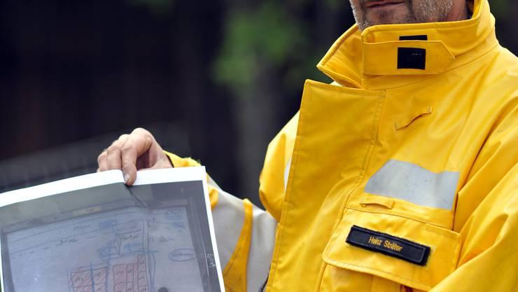 Heinz Sträter, Kommandant der Feuerwehr Oberamt, zeigt anhand der Planskizze, wie der Brand am Türlersee bekämpft wurde.