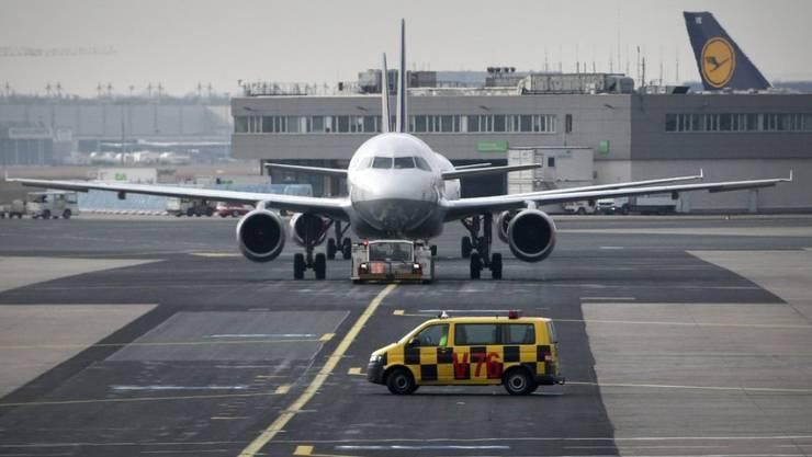 Auf dem Rollfeld des Frankfurter Flughafens sind am Samstagabend zwei Flugzeuge zusammengestossen. Verletzt wurde niemand. (Symbolbild)