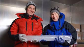 Anja Eichler (links) und Margit Schwikowski in der Kältekammer des PSI. zvg