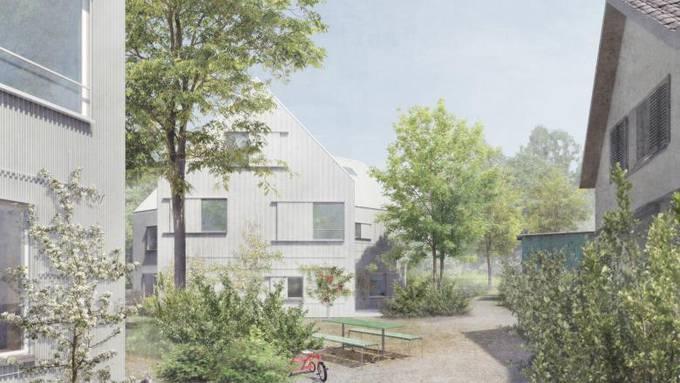 Die steilen Giebeldächer beider Neubauten orientieren sich an bestehenden Häusern im Quartier.