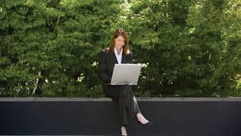 Für die meisten Büro-Angestellten bleibt es wohl ein schöner Traum aus der Werbung: Arbeiten an der frischen Luft.