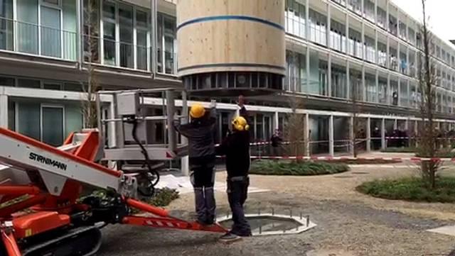 18 Meter hoch und 13 Tonnen schwer: So fliegt «Stand!» an seinen Standplatz im Innenhof der Aargauischen Gebäudeversicherung.