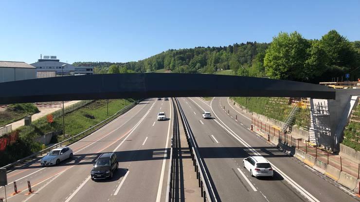 In der Nacht vom Dienstag auf den Mittwoch wurde die neue Brücke über der Nationalstrasse A4 bei der Ausfahrt Urdorf-Nord montiert.