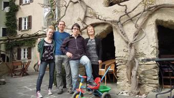 Die Familie Wehrli heute vor ihrem Albergo Santo Stefano in Miglieglia TI.