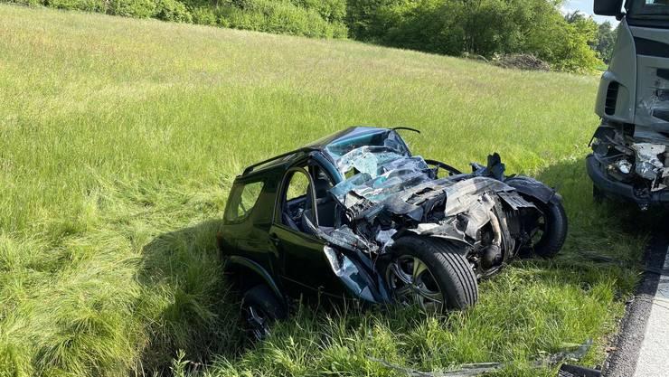 Der Toyota wurde durch die heftige Frontalkollision in ein Bachbett geschleudert.
