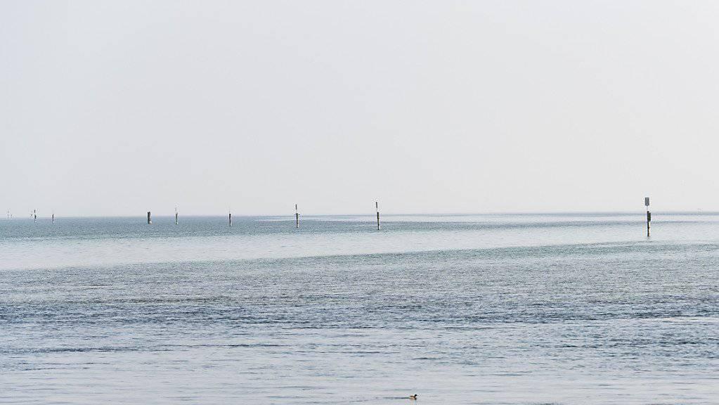 Blick auf den Bodensee, von Konstanz aus: Sieben Grad kalt war das Wasser, in dem ein Fischer und ein Sohn während sieben Stunden auf Rettung warteten, nachdem ihr Boot gekentert war. (Symbolbild)