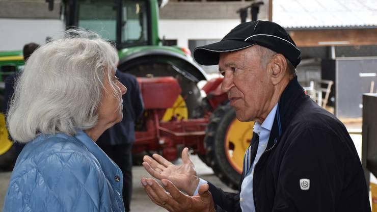 Der ehemalige Regierungsrat Ernst Hasler im Gespräch mit der stellvertretenden Generalsekretärin Silvia Bär.